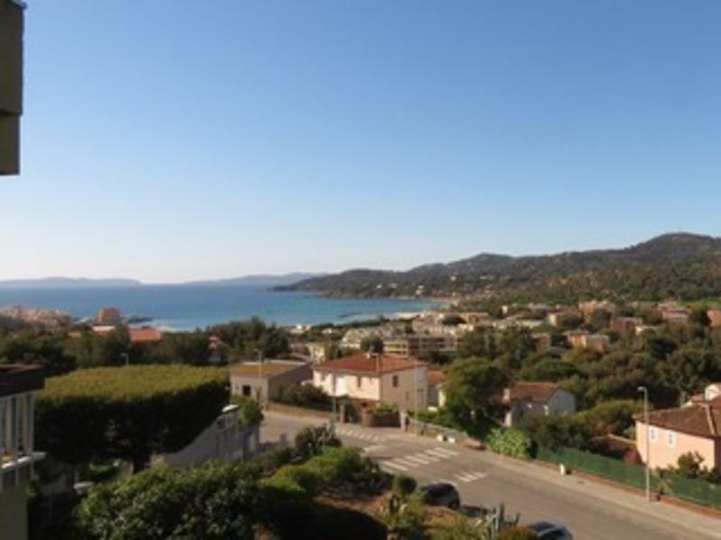Location T2 avec belle vue mer et collines, deux loggias, dans résidence calme.