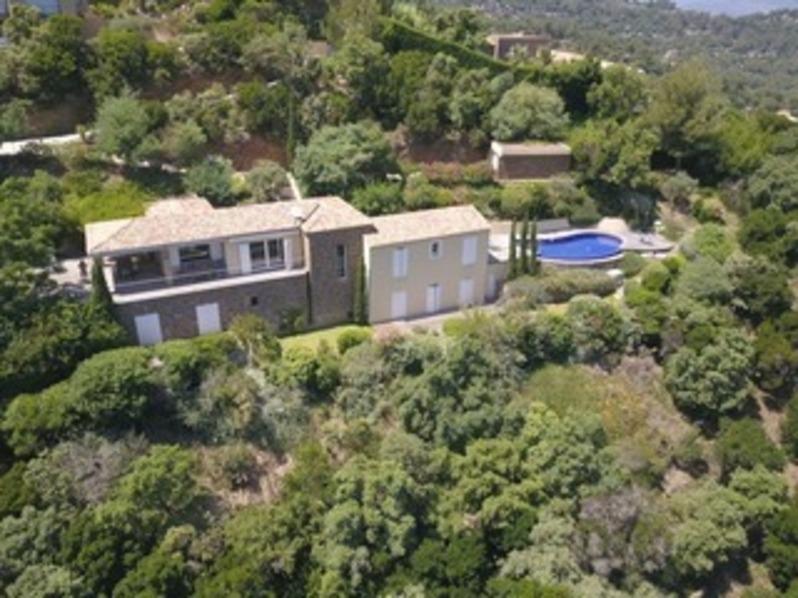 Location villa 5 chambres au Cap Bénat, familiale et moderne, piscine et vue mer.