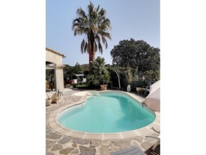 Location Villa classée 4* climatisée avec piscine/spa, jardin et vue collines.