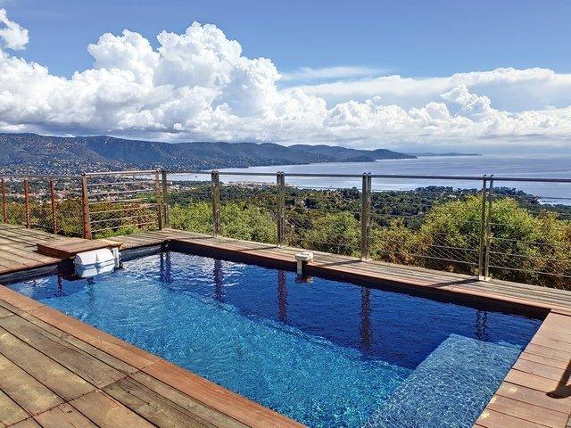 Location Jolie Villa climatisée avec belle vue mer sur le Gaou Bénat.